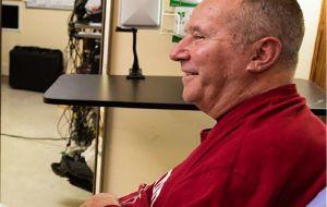 Исследователи демонстрируют первое использование человеком высокоскоростного беспроводного интерфейса мозг-компьютер.