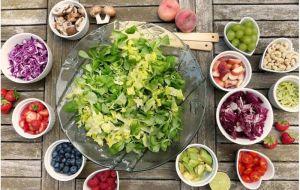 Физические упражнения, здоровое питание в среднем возрасте могут предотвратить серьезные проблемы со здоровьем в пожилом возрасте.