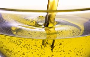 Правила применения вазелинового масла при запорах у взрослых и детей