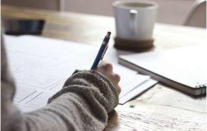 Исследование показывает, что активность мозга после письма на бумаге выше, чем на планшете или смартфоне.