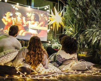 Проекционный экран – собственный кинотеатр дома или в саду