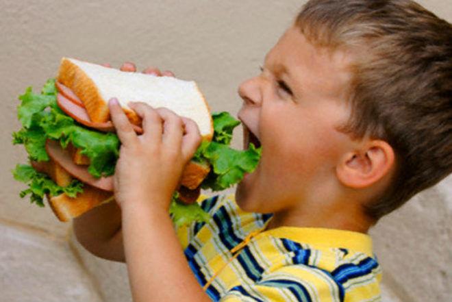 Переедание - причина отрыжки у детей