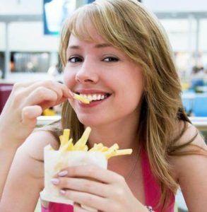 Горечь во рту может появиться при употреблении жирной пищи