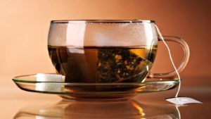 Заваренный пакетик зеленого чая