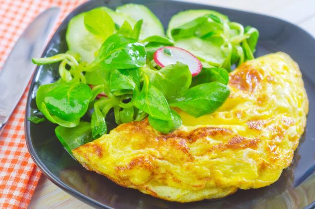 Омлет с овощным салатом