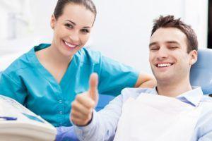 Регулярно посещать стоматолога для предотвращения неприятного привкуса во рту