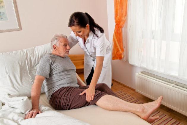Уложить больного в постель или на ровную поверхность при приступе