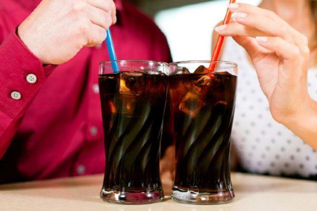 Употребление газированных напитков влечет за собой переполнение желудка и тошноту