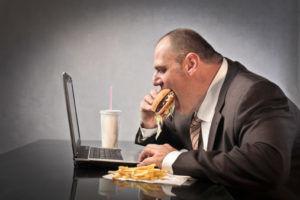 При лечении гастродуоденита стоит отказаться от еды всухомятку