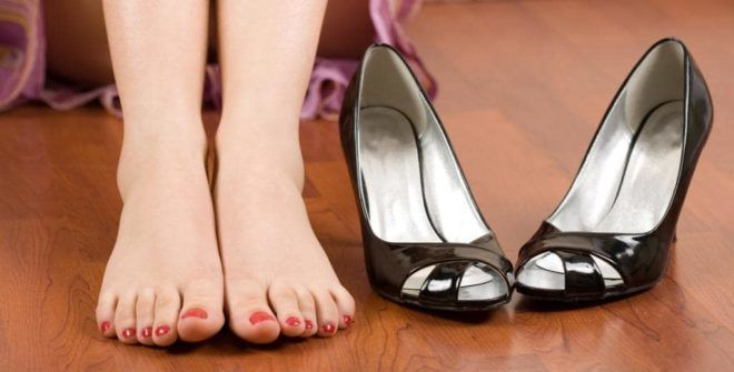 Слишком тесная и неудобная обувь - одна из причин появления проблем с ногтями
